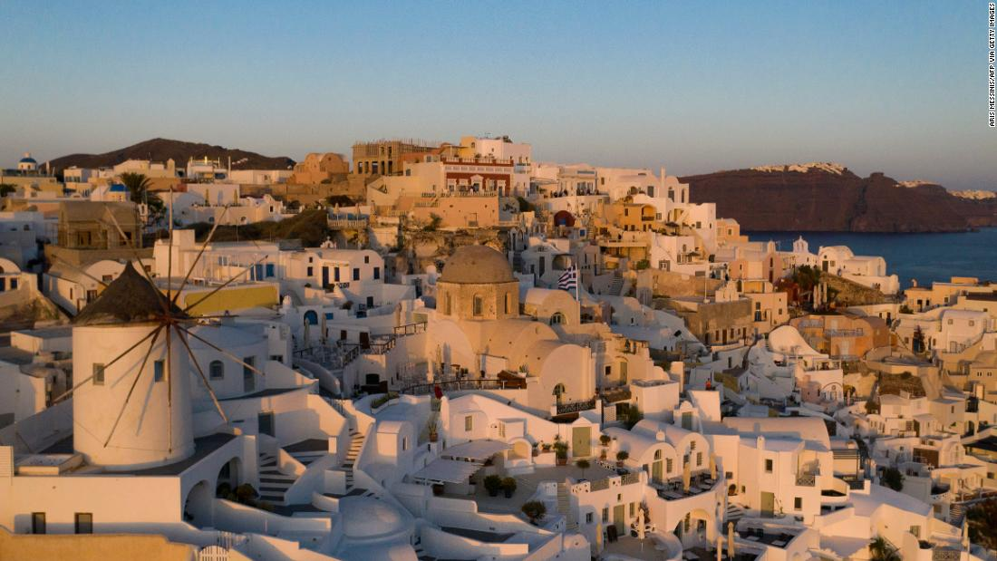 What happened on Santorini when the tourist 'machine' stopped