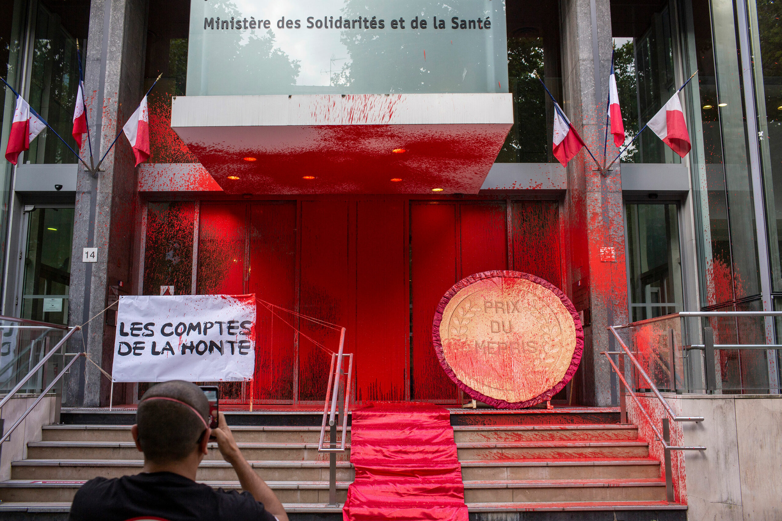 The French Ministry of Health prevented coronavirus protesters with red paint