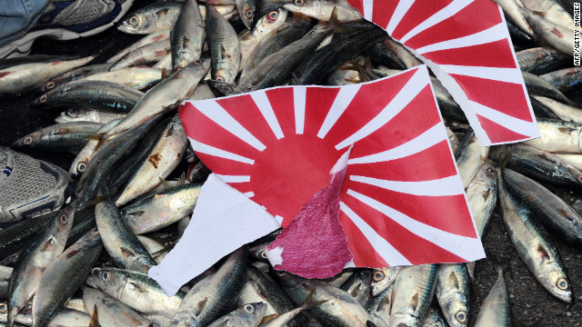 Separated Japanese rising sun & # 39; the flag was hoisted on a dead fish during a demonstration in Taipei on September 14, 2010, over the disputed Senkaku / Diaoyu Island chain.