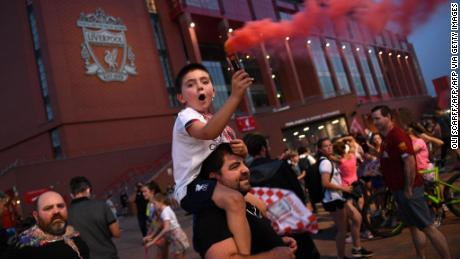 Fans celebrated Liverpool by winning the title in front of Anfield Stadium.