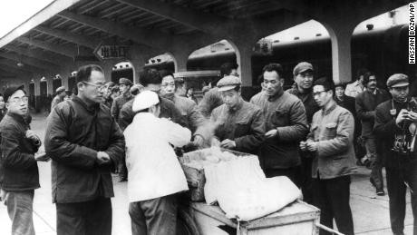 Chinese travelers buy breakfast from a street vendor at Chunghow train station in 1975. Prime Minister Li Keqiang has suggested that more street vendors could help fix the bloating crisis.
