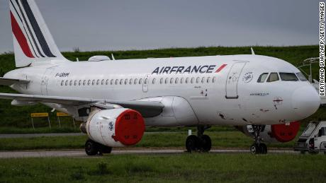 This image shows an Air France aircraft parked on the asphalt in Paris & # 39; Charles de Gaulle Airport.