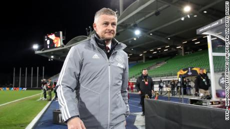 Solskjaer goes to their place before the match of the 16th round of the UEFA Europa League against LASK.