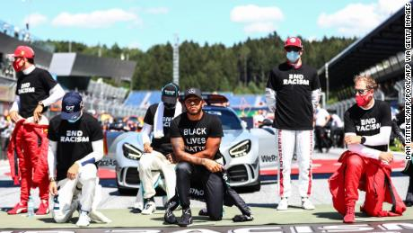 Lewis Hamilton kneels in front of the Austrian award, but six drivers chose not to kneel.