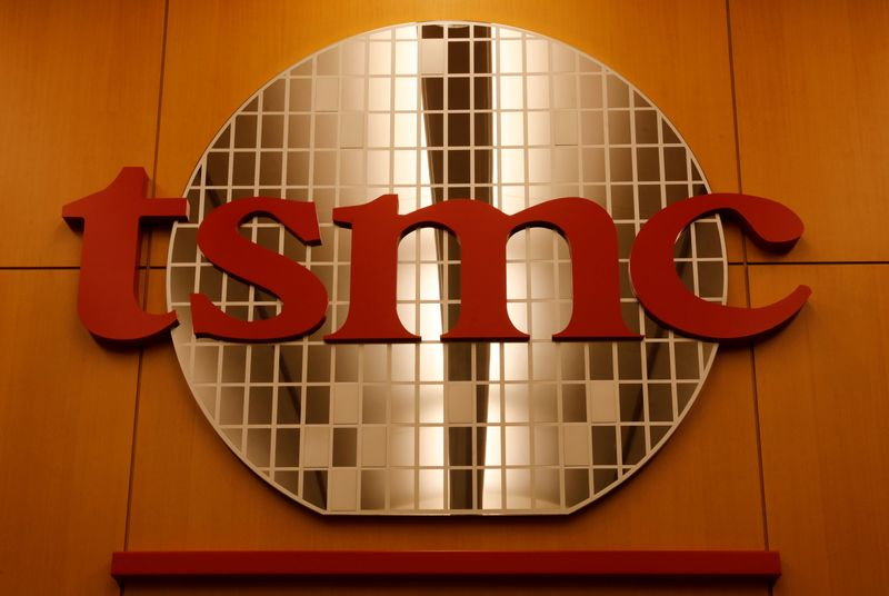© Reuters. FILE PHOTO: A logo of Taiwan Semiconductor Manufacturing Co (TSMC) is seen at its headquarters in Hsinchu