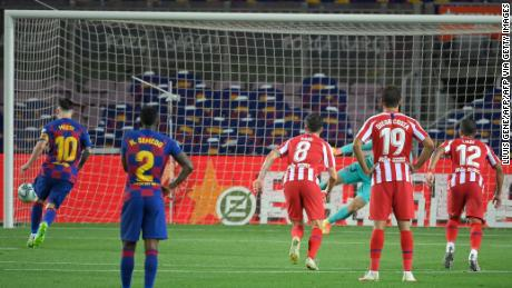 Barcelona - Lionel Messi has scored a penalty for scoring 700 career goals.