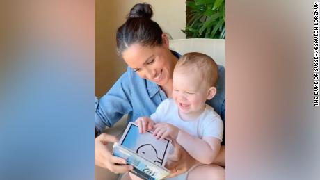 Meghan reads from & Duck! Rabbit & # 39 !; to celebrate the first birthday of his son Archie