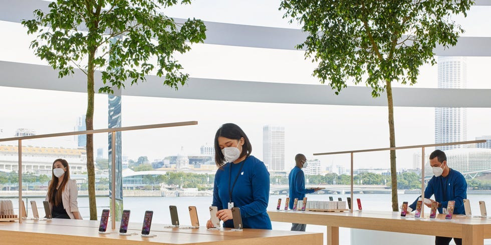 "Apple designs the face mask with a ""unique"" look for retail employees"