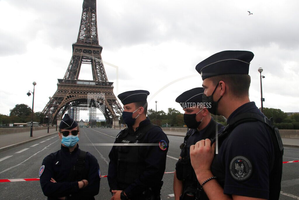 French gang attack the police station with fireworks and metal bars