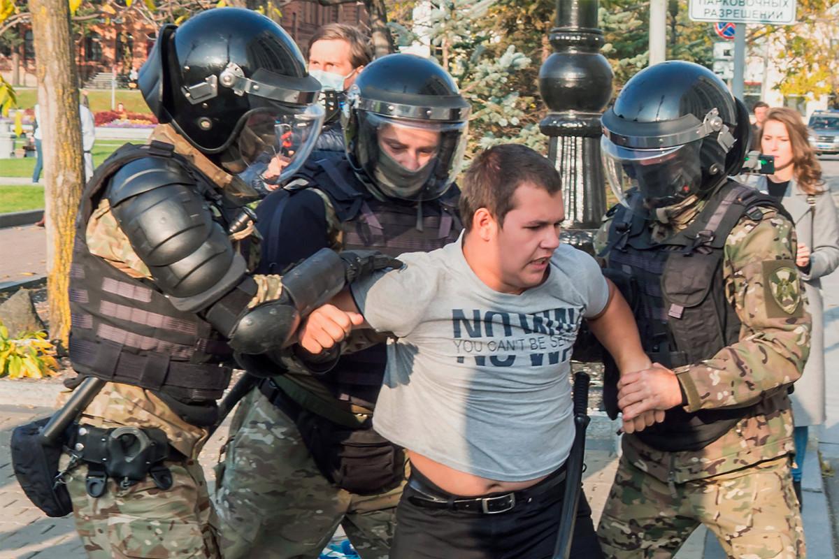 Russian police attack anti-Putin protests in the Far East