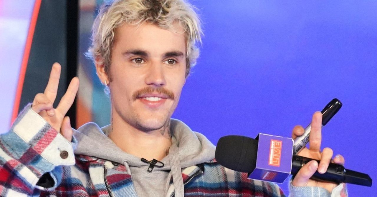 The live Saturday Night show conceals Justin Bieber's smile