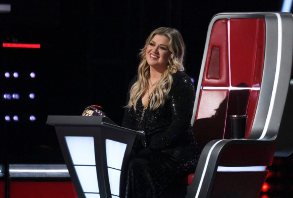 15-year-old small Michigan town 'Kelly Clarkson explodes on' The Voice '