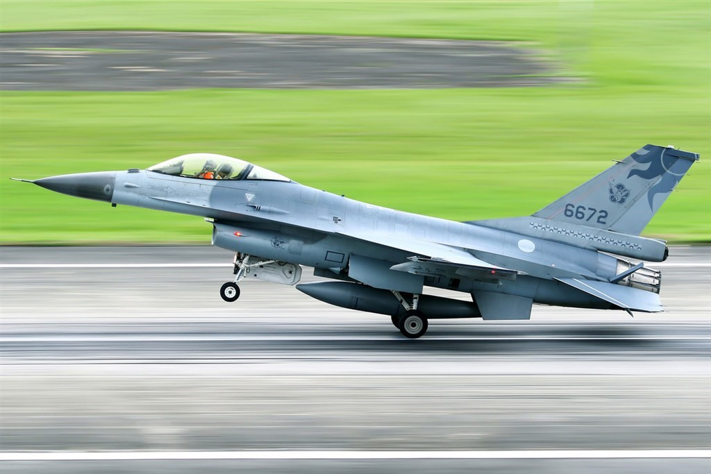 The F-16 fighter jet takes off from Hualien Air Base on Tuesday (Photo courtesy of a private contributor)
