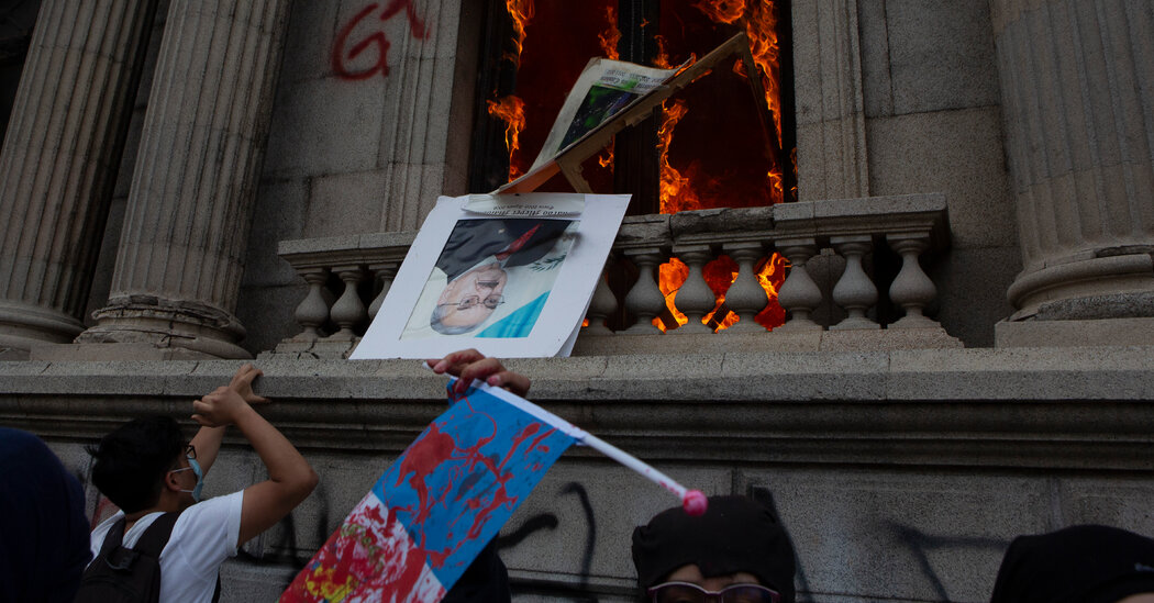 Protesters in Guatemala set fire to Congress due to spending cuts