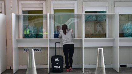 Saliva screening cabins at Ezeiza Airport (Gustavo Javote)