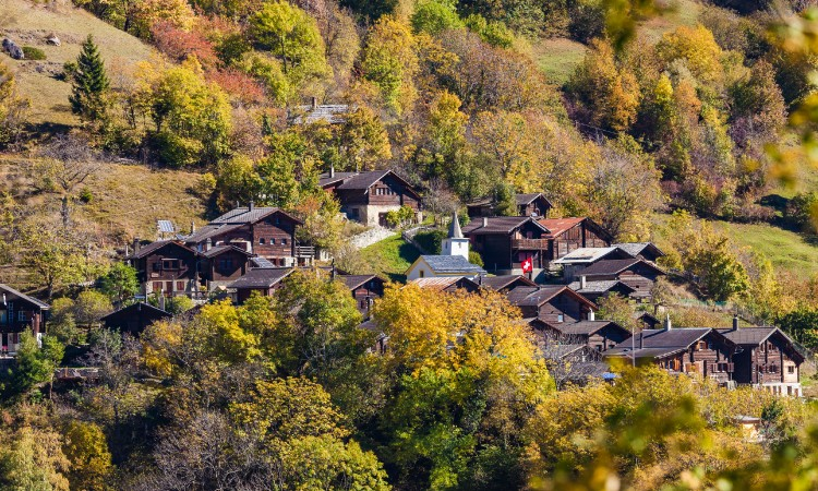 Switzerland offers $ 70,000 to live in Albinen with your family