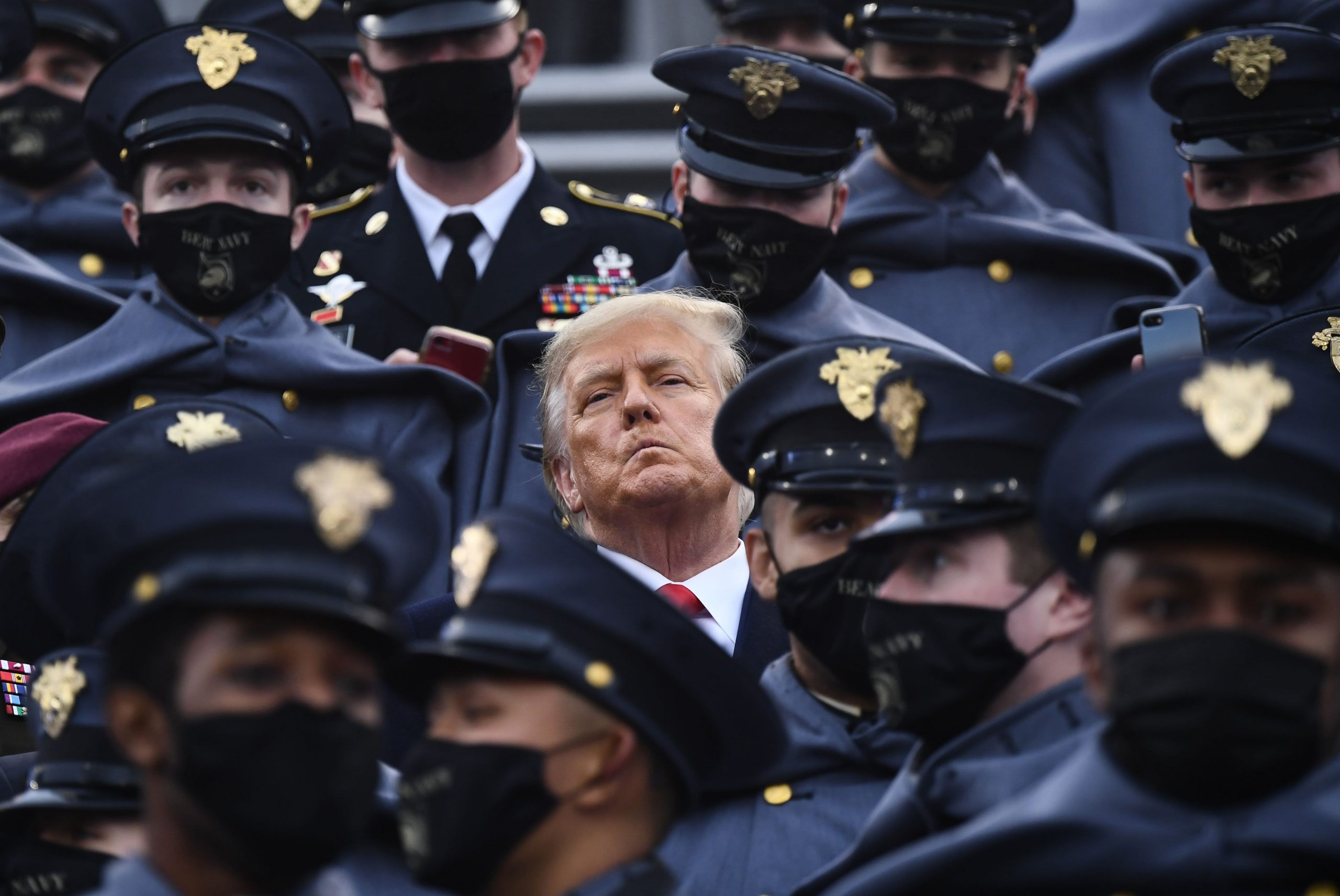 Trump does not wear the mask in a match between the Army and the Navy, despite concerns of Covid