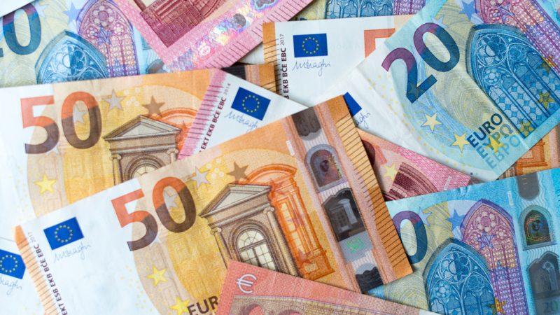 ARCHIV - 04.12.2018, Sachsen, Dresden: ILLUSTRATION - Zahlreiche Banknoten zu 10, 20 und 50 Euro liegen auf einem Tisch. (zu «Sitzung des Finanzausschusses zum Haushalt 2021 und neuer Schuldenaufnahme») Foto: Monika Skolimowska/dpa-Zentralbild/dpa +++ dpa-Bildfunk +++