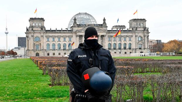 The police reinforce the forces in the Reichstag