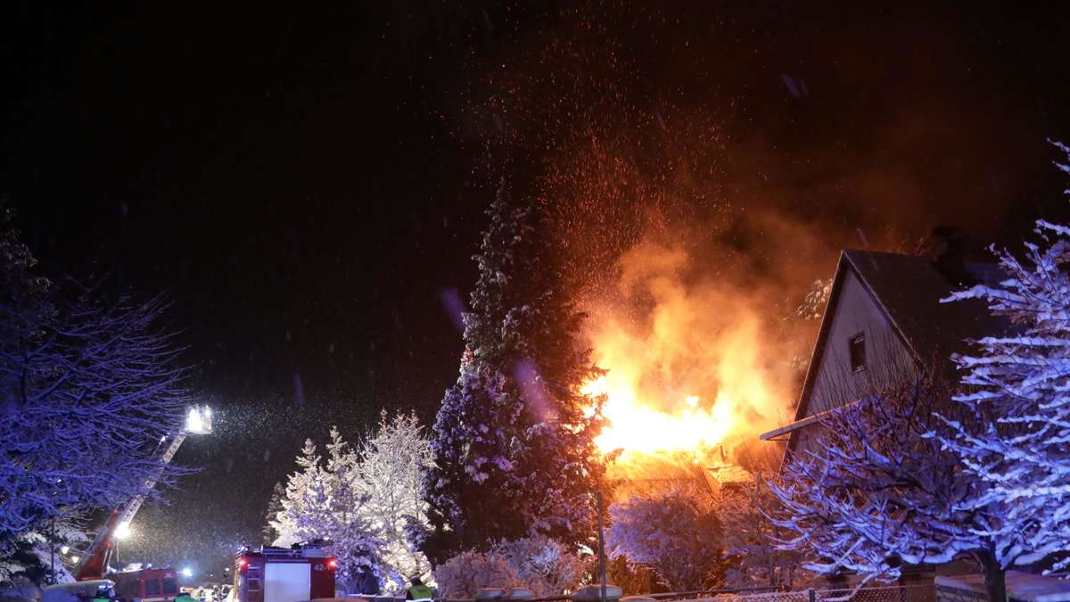 The roof structure is completely destroyed: a fire in Waldkribburg keeps emergency services at a standstill