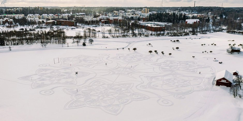 Finland: Artists paint a huge snow mandala