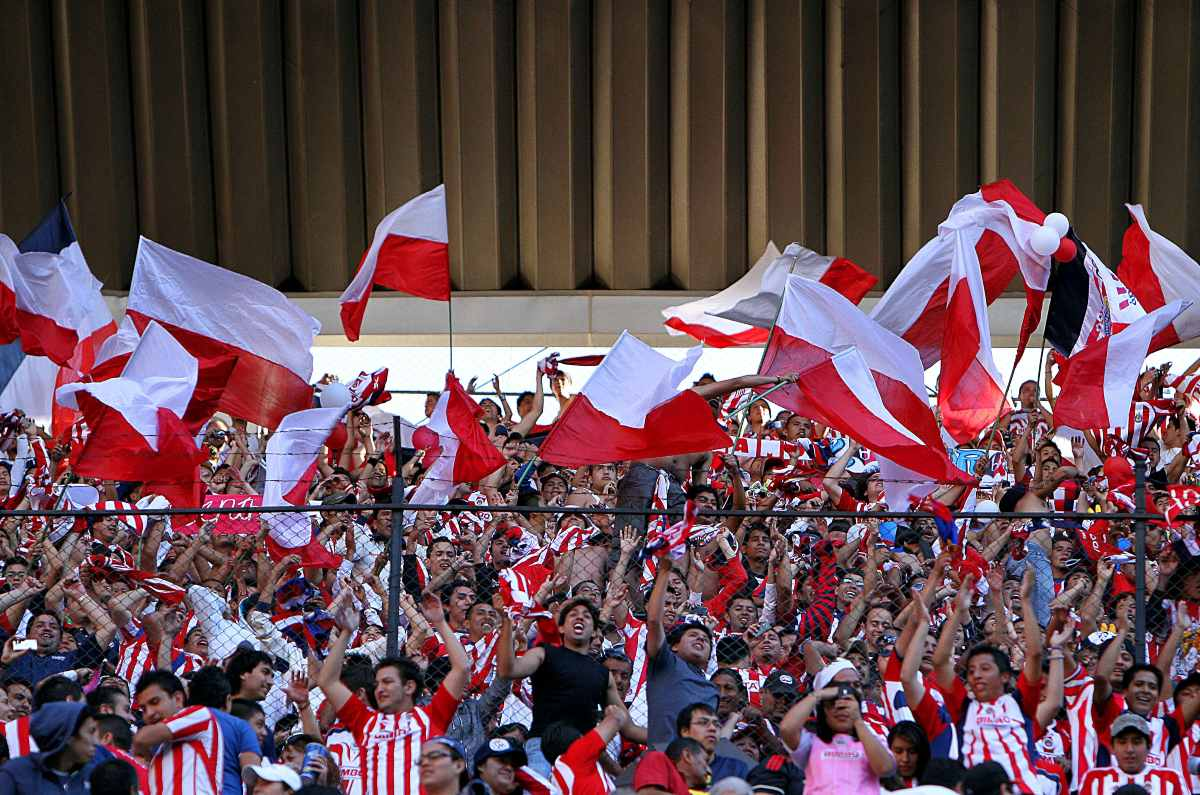 Mexican fans surprise Chivas youth team with a club in Australia (video)