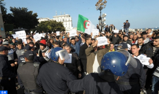 Hundreds of students march in the streets of Algeria to demand a radical change of the system