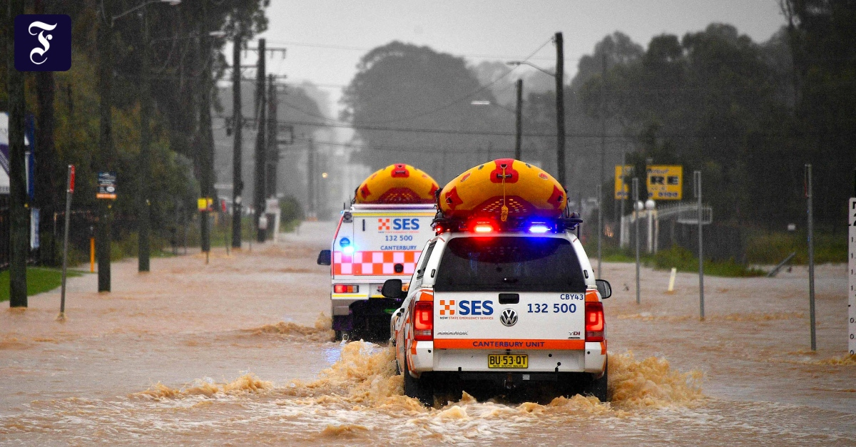 Hundreds of people flee floods in Australia