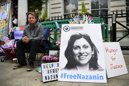 British Richard Ratcliffe, husband of British-Iranian Nazanin Zaghari-Ratcliffe, protests outside the Iranian embassy in London (UK).  EFE / Andy Raine / Archive