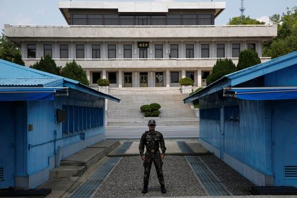 North Korean soldiers stand guard at the Joint Security Area (JSA) of the Demilitarized Zone (DMZ) in Panmunjom town in Paju, South Korea.  EFE / Jeon Heon-kyun / Archive