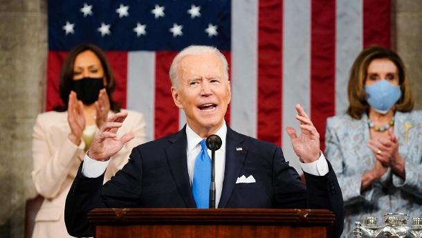 "President Biden (before Vice President Harris and President Pelosi): ""America is moving again."" (Quelle: AP / dpa / Melina Mara / Washington Post / Pool)"