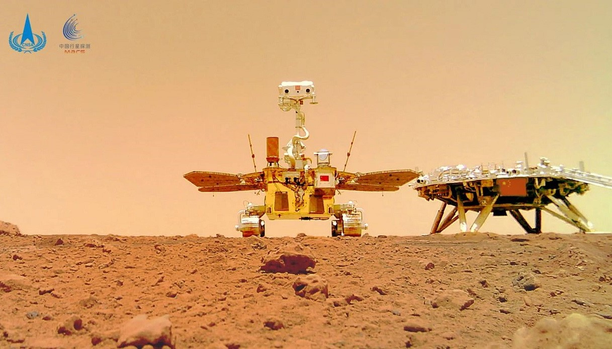 China on Mars, in the rover photos also a cute selfie