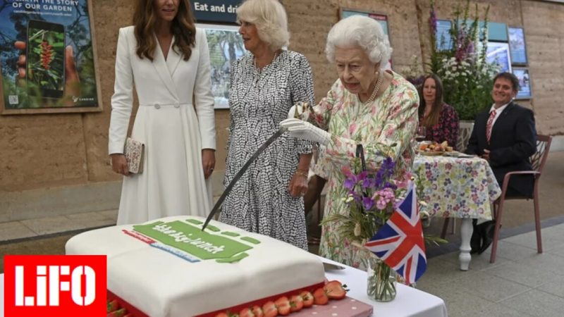 Queen Elizabeth cuts the cake with a sword - Kate and Camilla laugh [ΒΙΝΤΕΟ]