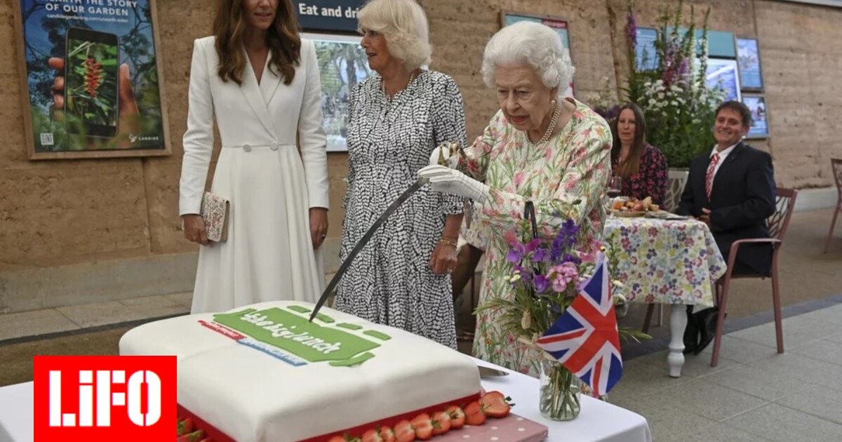 Queen Elizabeth cuts the cake with a sword – Kate and Camilla laugh [ΒΙΝΤΕΟ]