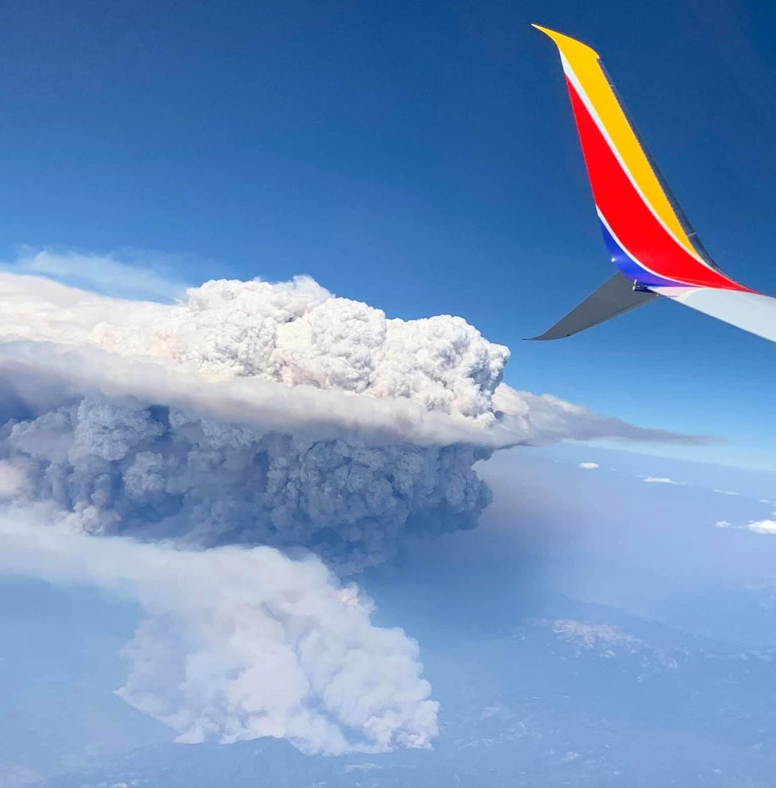 Picture of a pyrocumulonimbus cloud over California wildfires in 2020.