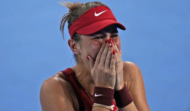 La tenista suiza Belinda Bencic se emociona tras derrotar a la kazaja Elena Rybakina en la semifinal del torneo femenino de tenis de los Juegos de Tokio, el 29 de julio de 2021, en Tokio, Japón. (AP Foto/Seth Wenig)