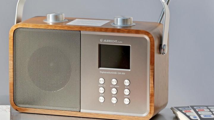 Ein Radio mit Digitalempfang stehtauf einem Tisch. (dpa-Zentralbild)