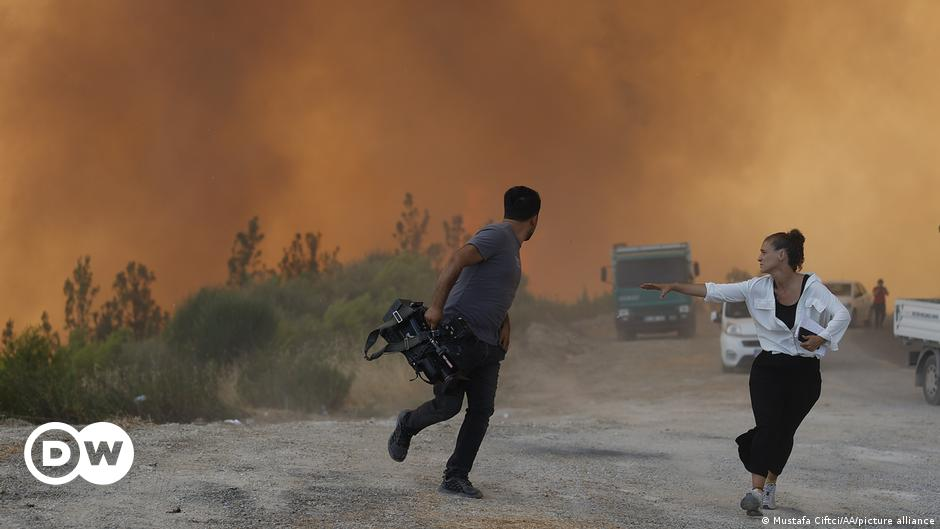 Turkey evacuates tourists and evacuates villages as forest fires continue    DW Arabic news    Breaking news and perspectives from around the world    DW