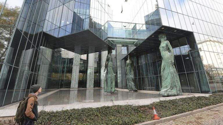 At the risk of severe penalties, Warsaw lifts the discipline of judges