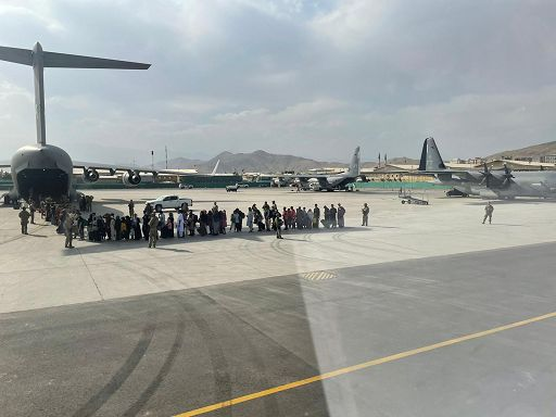Afghanistan, US flights transport displaced Afghans from Italy to the United States