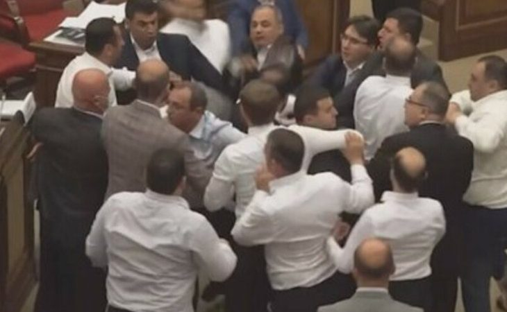 Deputies fought fiercely in the plenary hall with video