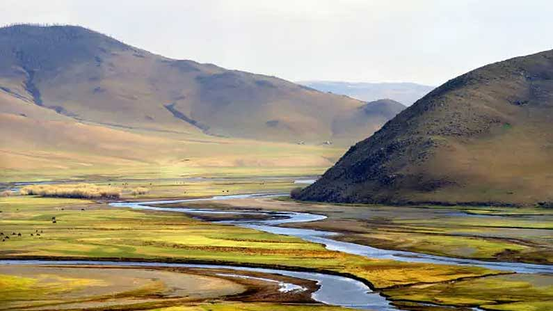 Mongolia: Mongolia has a large number of open spaces.  You can spend some time looking at the beauty here.  The value of the rupee in this country is equal to -38.40 Mongolian locomotive.