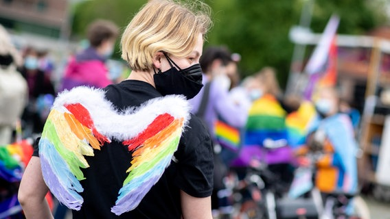 Lenia Sharing with colorful wings stands at Schützenplatz in Hanover as part of CSD (Christopher Street Day).  © dpa-Bildfunk Photo: Hauke-Christian Dittrich
