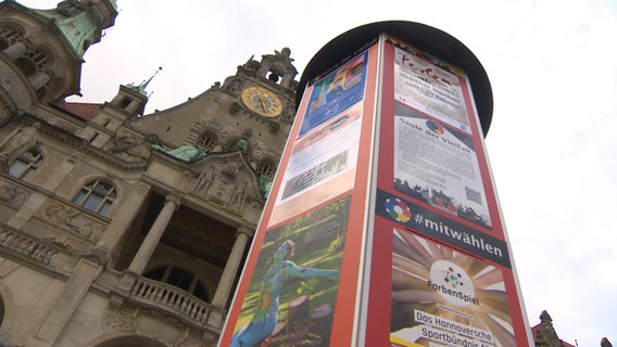 """The """"Diversity pillar"""" It stands in front of the town hall in Hannover.  © NDR"""