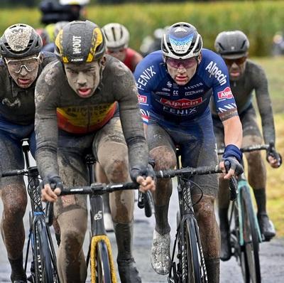 Van der Poel and Van Aert ready for vacation in Regen-Roubaix